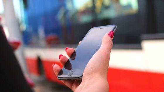 Smartphone wird unterwegs in der Hand gehalten