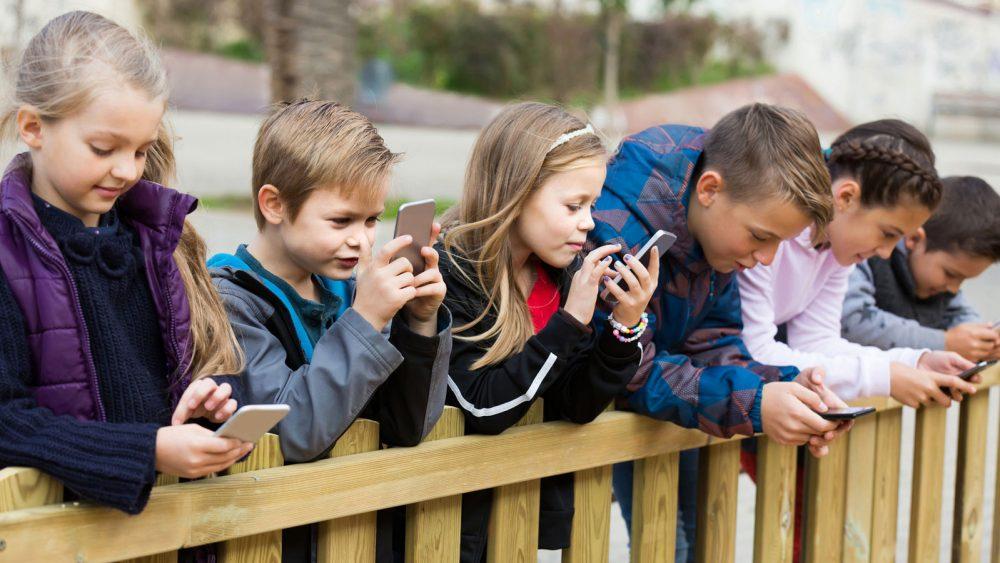 Kinder tippen auf ihre Smartphones