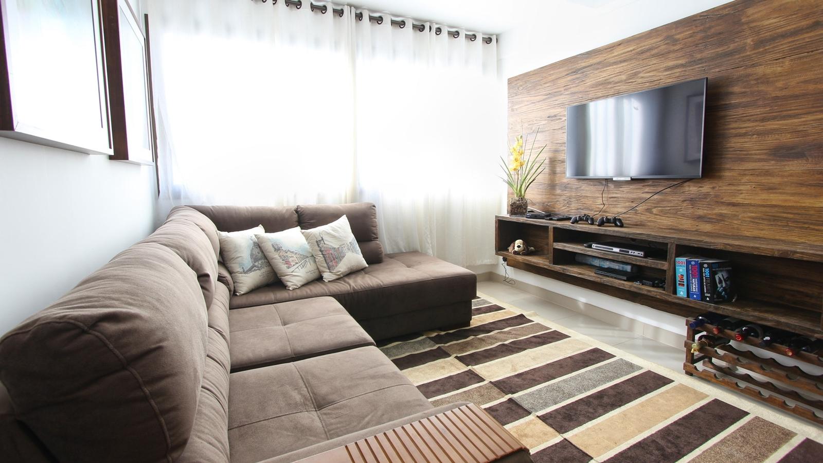 TV an der Wand im Wohnzimmer