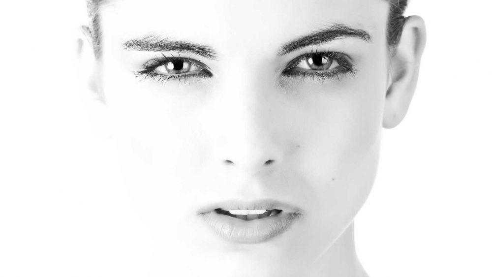 Schwarz-weiß Foto Portrait einer Frau in High key
