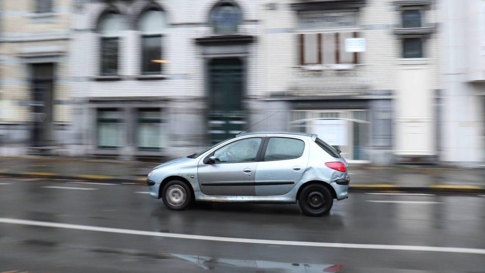 Auto mit Bewegungsunschärfe im Hintergrund