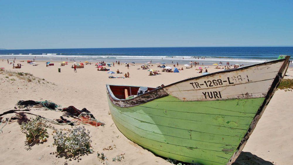 Umgewandeltes HEIC-Foto von altem Schiff am Strand
