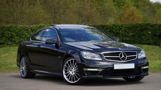 Mercedes Limousine in frontal schräger Ansicht
