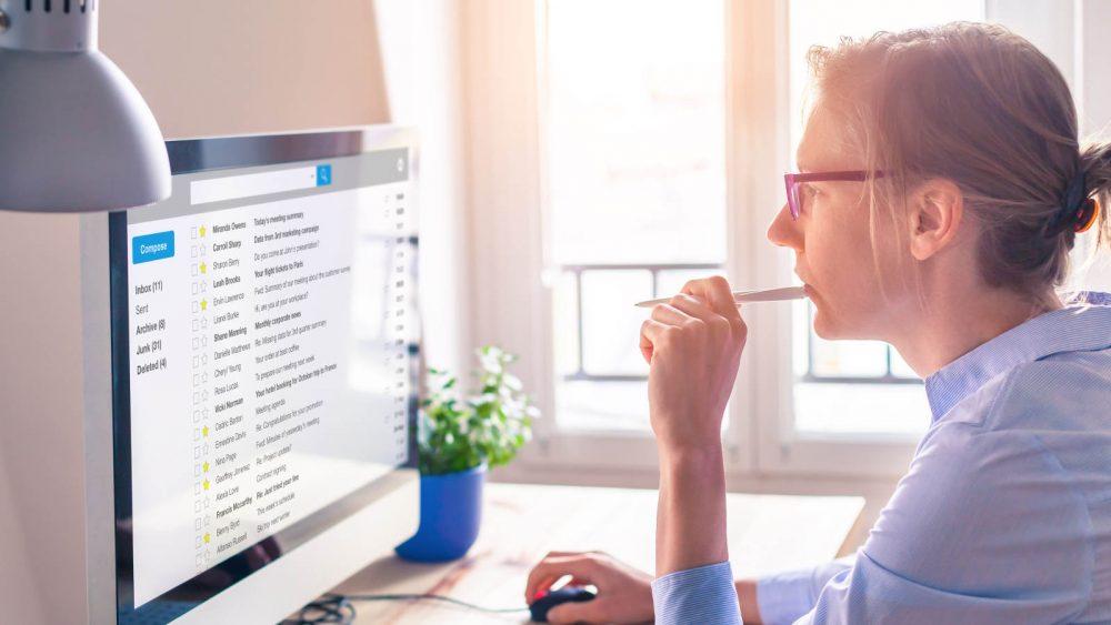 Frau geht E-Mails am Computer durch