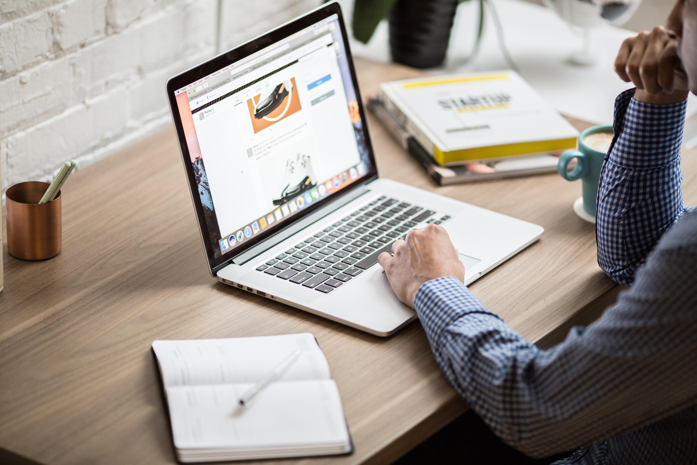 Mann am Schreibtisch mit Notebook