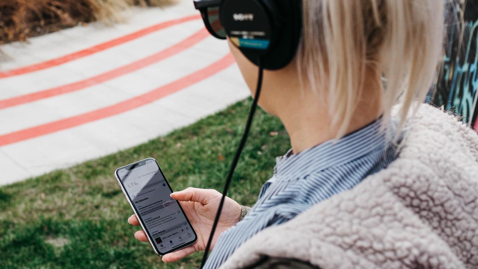 Frau nutzt Apple Music auf iPhone