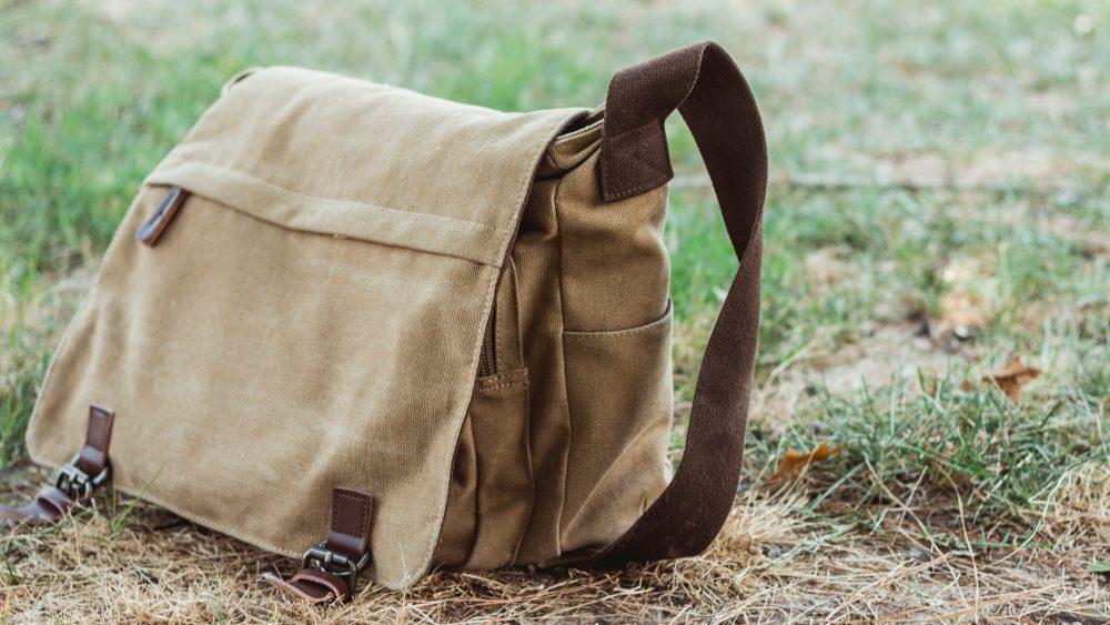 Messenger Tasche steht auf dem Rasen