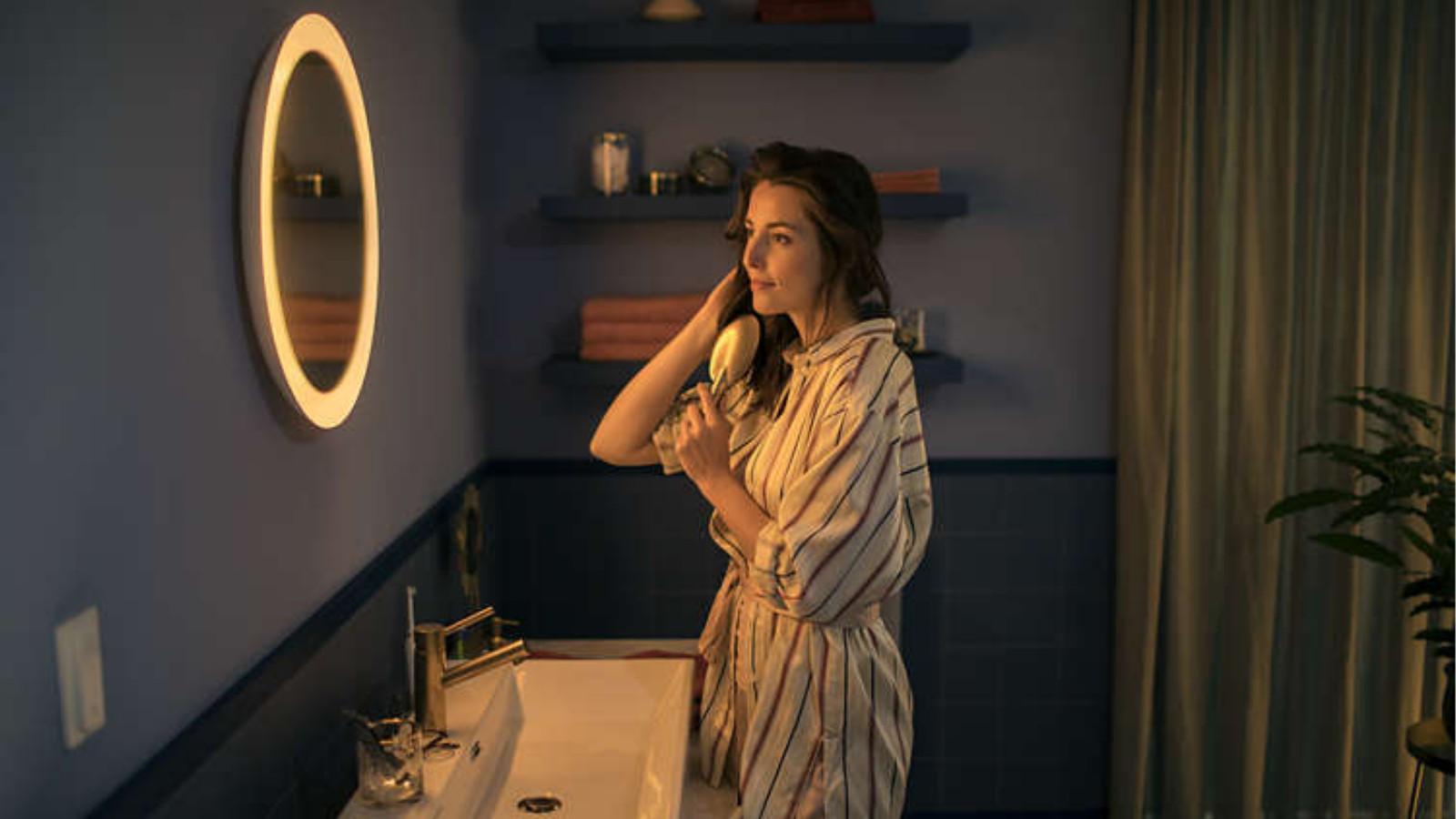 Frau vorm Philips Hue Adore Bathroom