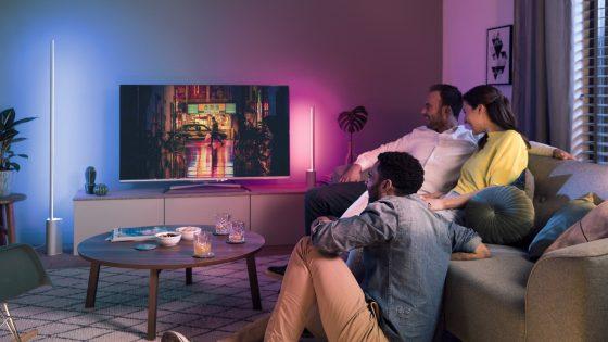 Familie guckt TV im Raum mit Philips Hue Signe