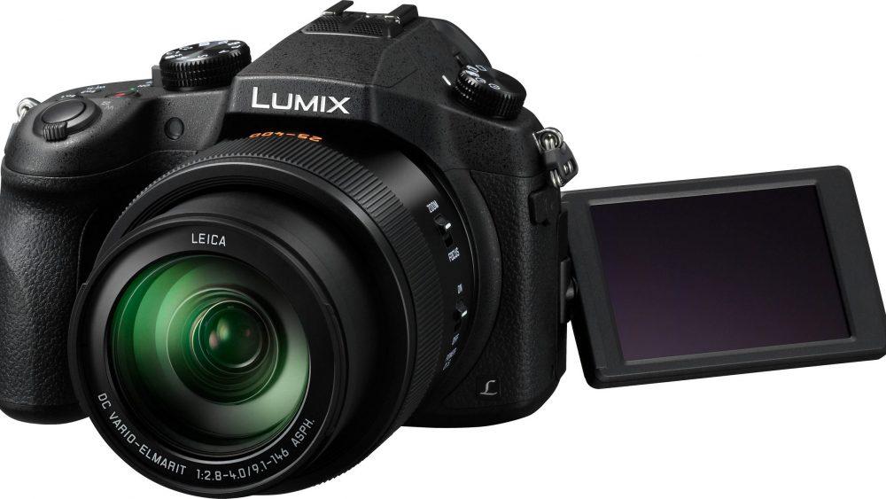Panasonic Lumix in Frontansicht vor weißem Hintergrund