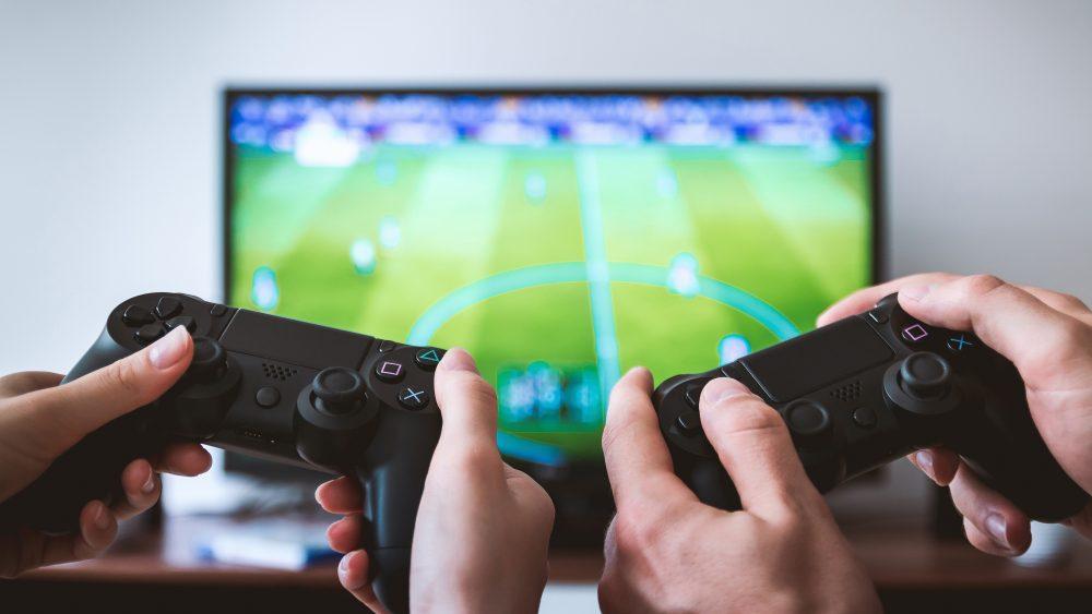 Paar spielt Fußball auf der PlayStation 4
