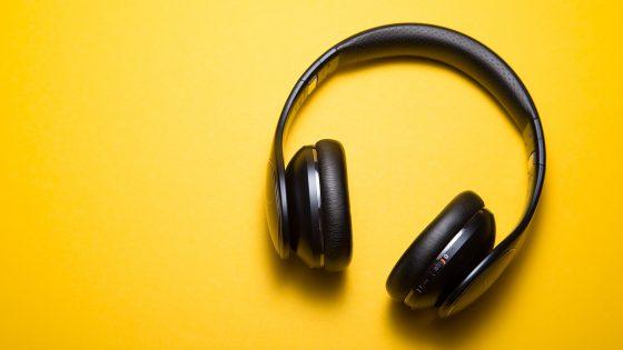 Bluetooth-Kopfhörer auf gelber Oberfläche