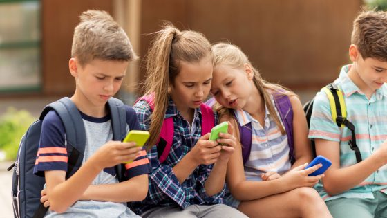 Schüler nutzen Schule-Apps für die tägliche Organisation ihrer Aufgaben
