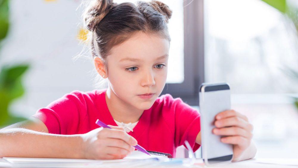 Mädchen nutzt Schule-App für die Hausaufgaben