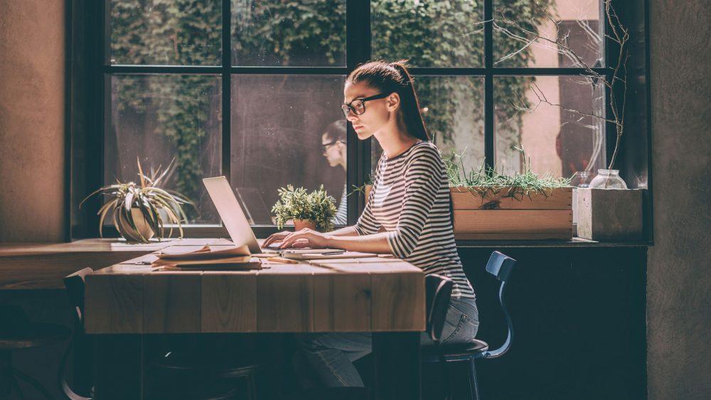 Frau verbirgt IP-Adresse am Windows-Laptop