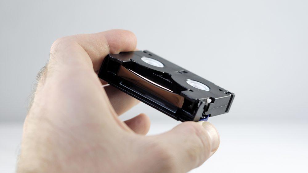 MiniDV wird in der Hand gehalten und anschließend am PC digitalisiert