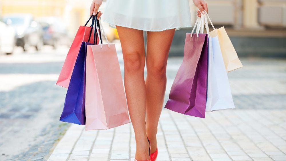 Frau mit Einkaufstüten beim Shopping