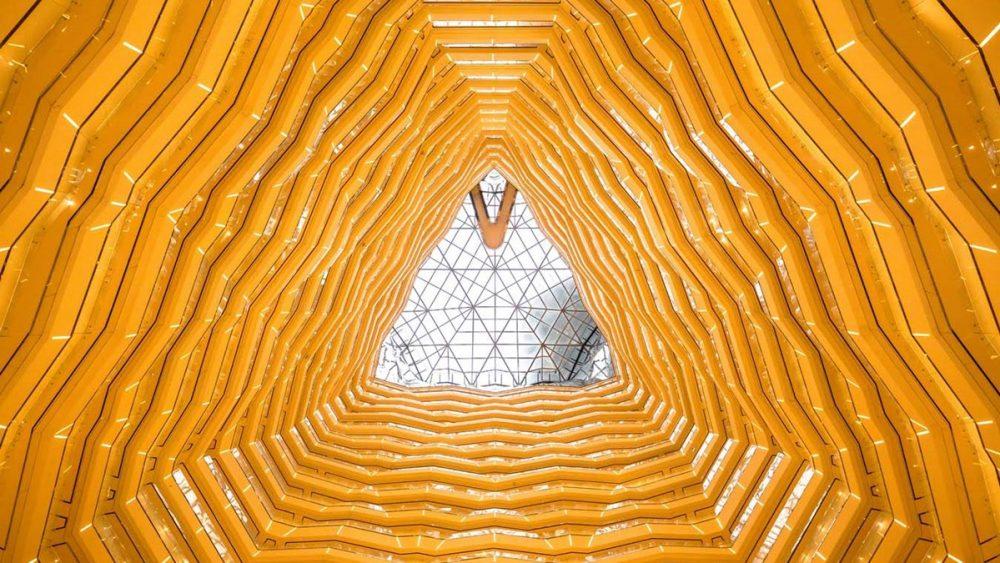 Abstrakte Fotografie von Hochhaus-Atrium aus ungewöhnlicher Perspektive