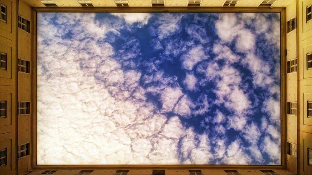 Abstrakte Fotografie lässt Himmel von Häuserfront einrahmen
