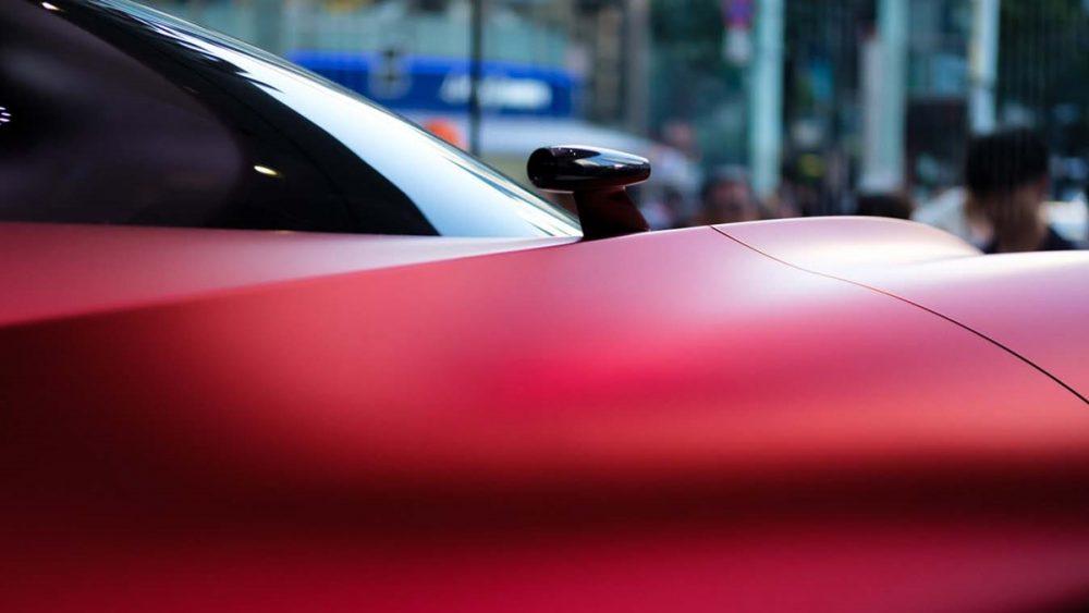 Abstrakte Fotografie von rotem Auto aus großer Nähe