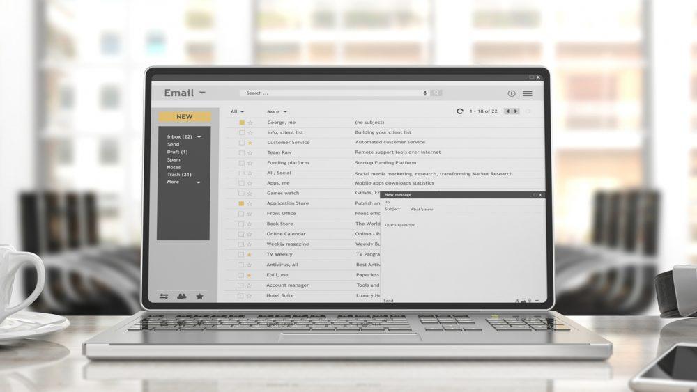 E-Mail-Posteingang auf einem Laptop im Büro