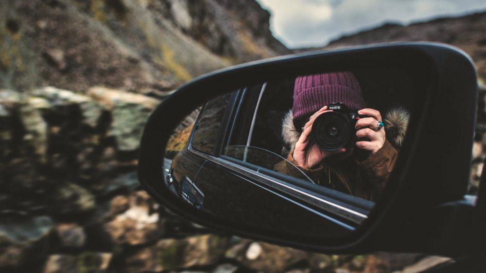 Selbstporträt im Autospiegel fotografieren