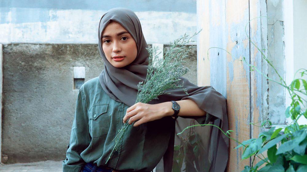 Foto von junger Frau mit Hijab im Tageslicht