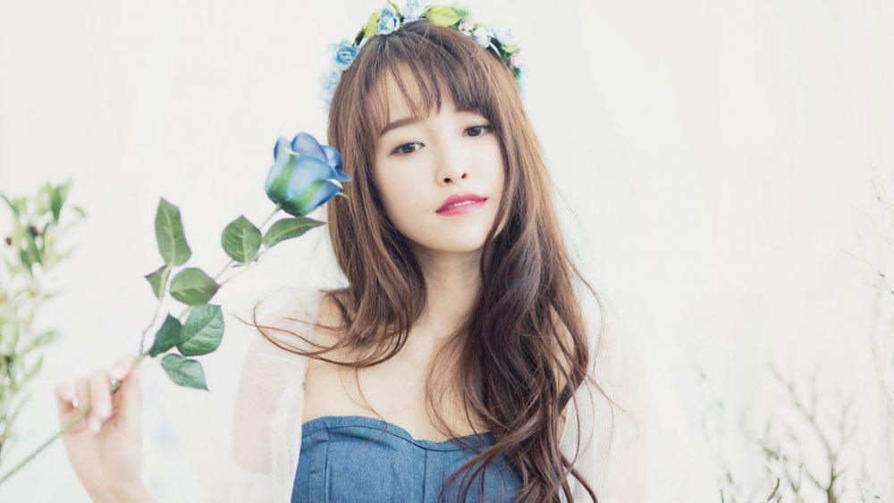 Selbstporträt von junger Frau mit Kunstblumen