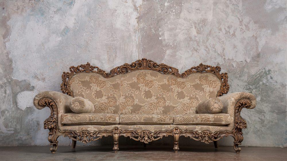 Antikes Sofa im Barock-Stil als Hintergrund für ein Boudoir-Shooting