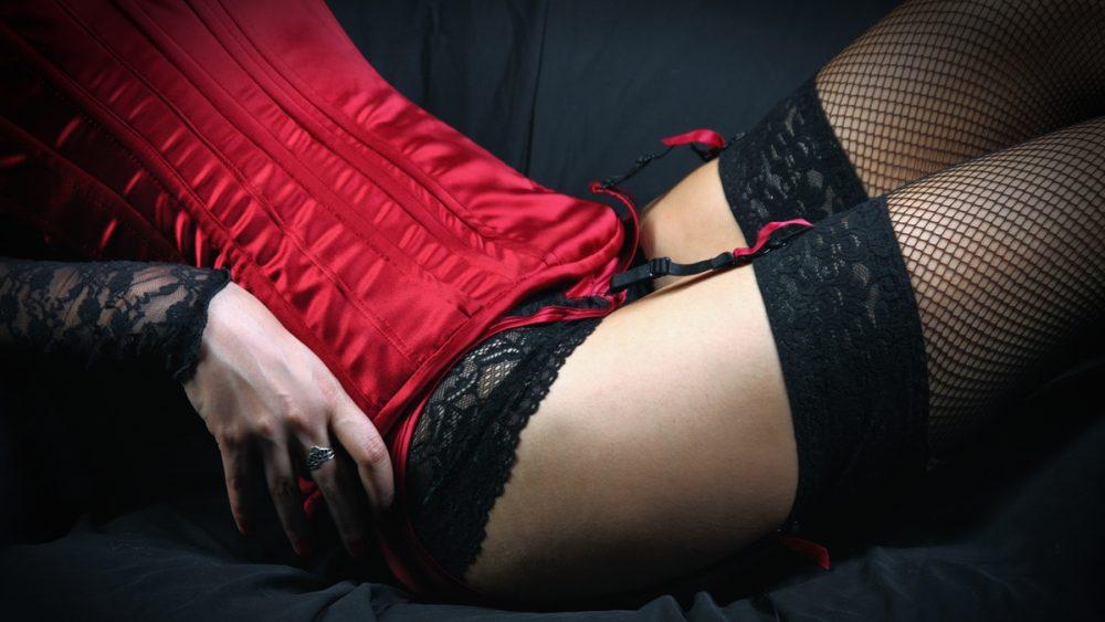 Boudoir-Bild-Ausschnitt einer Frau in roter Corsage