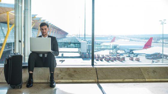 Mann greift am Flughafen per VPN auf Heimnetzwerk zu