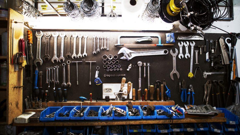 Wand mit Werkzeug als Symbol für Industriefotografie