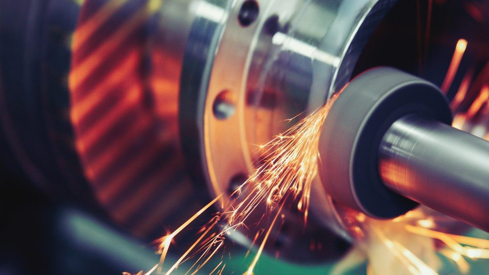 Industriefotografie mit sprühenden Funken an einer Maschine