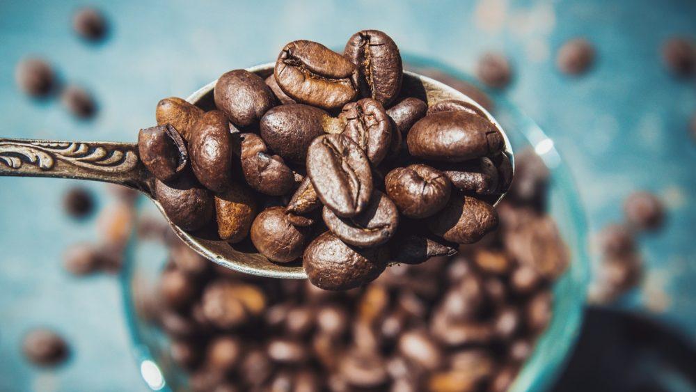 Kaffeemühle reinigen: Bohnenbehälter mit fusselfreiem Tuch auswischen