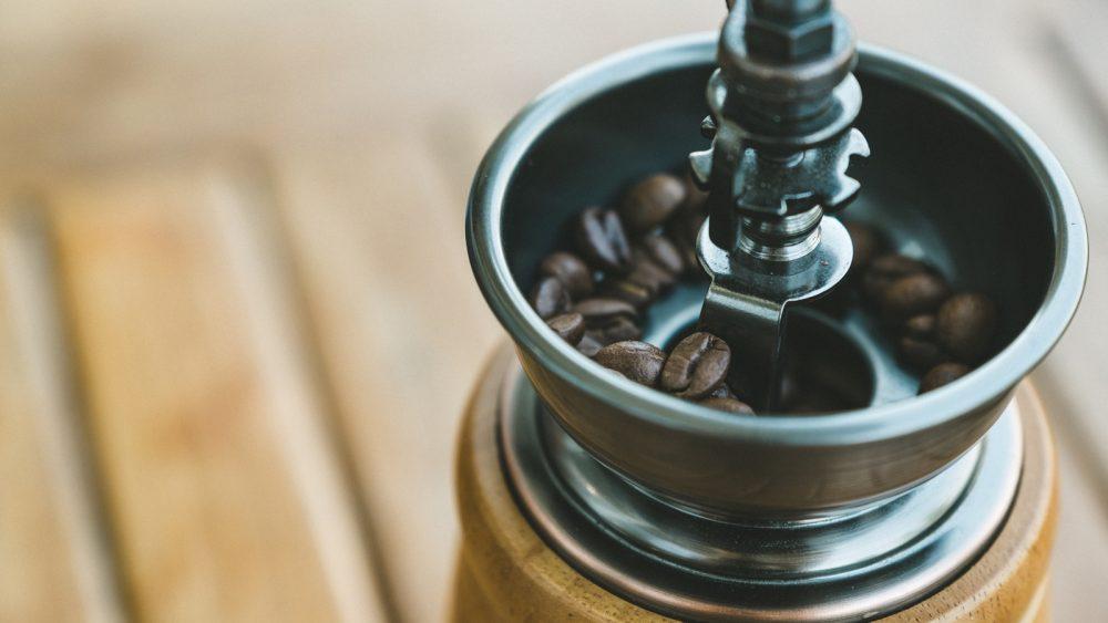 Kaffeemühle reinigen: Mahlwerk mit Reinigungspinsel und Staubsauger säubern