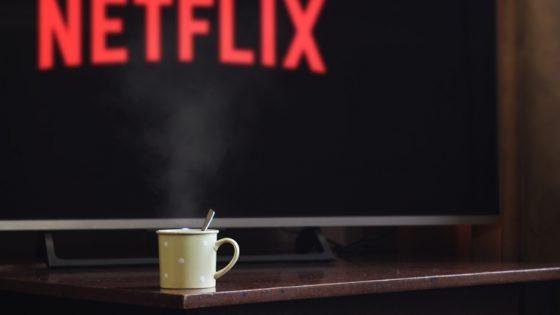 Netflix-Schriftzug auf Fernseher