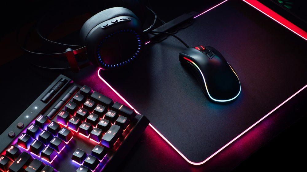 Gamer-Tastatur und -Maus mit LED-Beleuchtung an PS4 anschließen