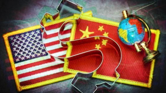 US- und China-Fahne nebeneinader, überdeckt von einem Dollar-Zeichen