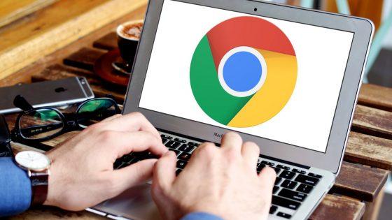 Männerhände bedienen ein Laptop mit Symbol des Google-Browsers auf dem Display