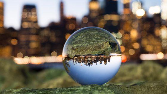 Glaskugel-Fotografie: So gelingen dir die surrealen Aufnahmen