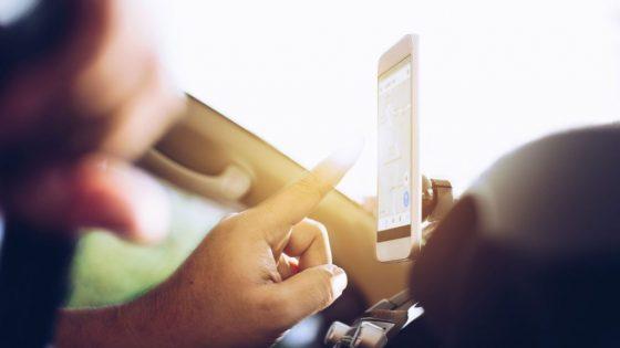 Autofahrer nutzt Google Maps auf Smartphone zur Navigation