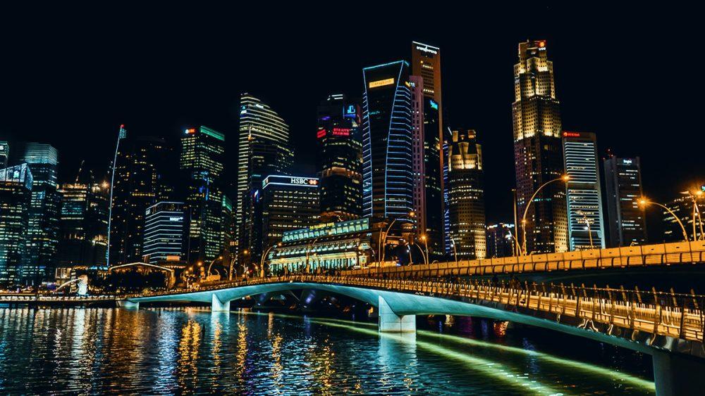 Singapur bei Nacht mit einem blauen Preset