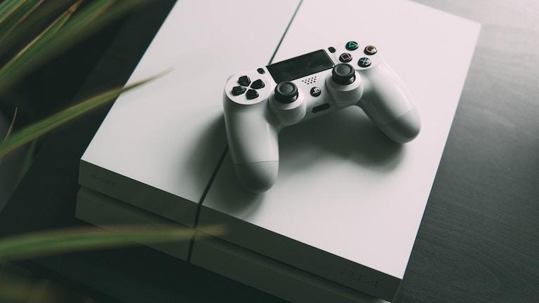 Weiße PlayStation 4 mit Controller