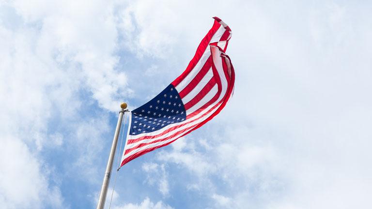 USA-Flagge weht im Wind.