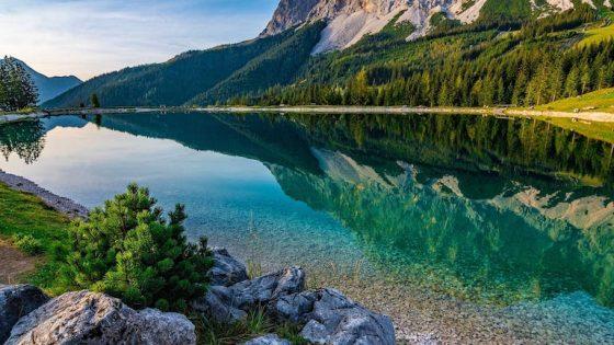 Bergpanorama mit Spiegelung in einem See
