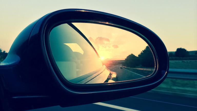 Die Spiegelung vom Sonnenuntergang in einem Rückspiegel fotografieren