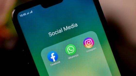 iPhone mit App-Icons Facebook, Whatsapp und Instagram