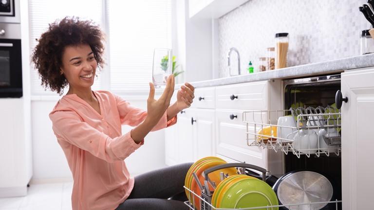 Spült die Spülmaschine nicht sauber, lässt sich das Problem meist leicht lösen