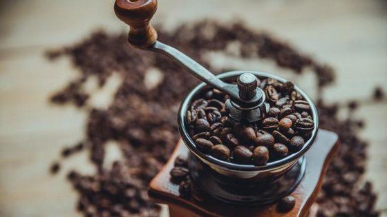 Handkaffeemühle mit Bohnen
