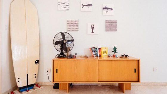 Ventilator auf einem Sideboard mit Dekoration
